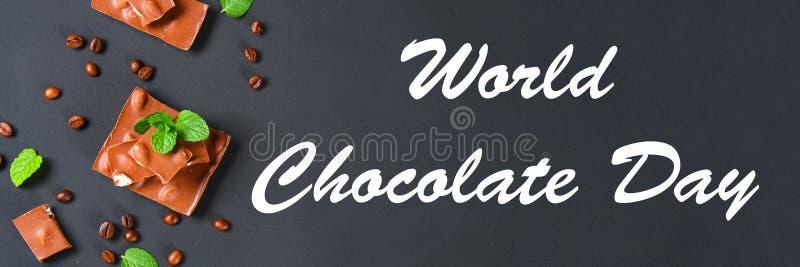 chocolat avec des amandes sur le fond gris-foncé Est 11 juillet le jour du chocolat images libres de droits