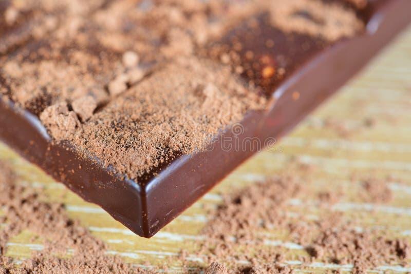 Chocolat avec la poudre de chocolat photos stock