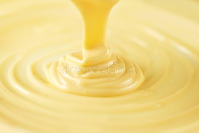 Chocolat blanc Chocolat blanc liquide fondu de versement Plan rapproché de remous liquide fondu de chocolat chaud image stock