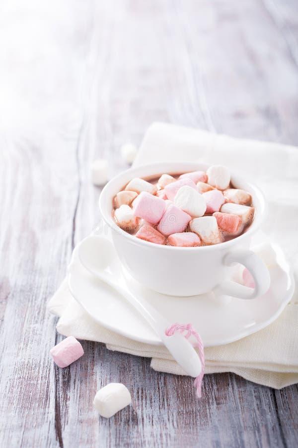Chocolat chaud avec de mini guimauves photos stock