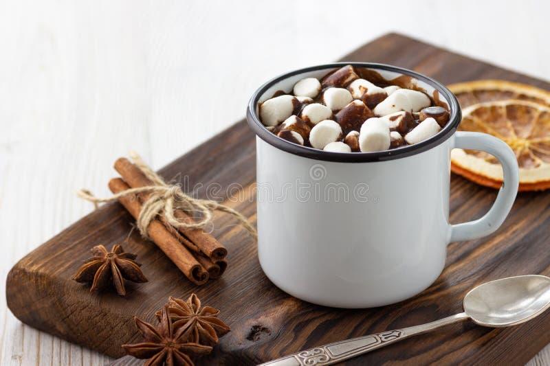 Chocolat chaud avec des guimauves dans une tasse de cru en métal blanc images libres de droits