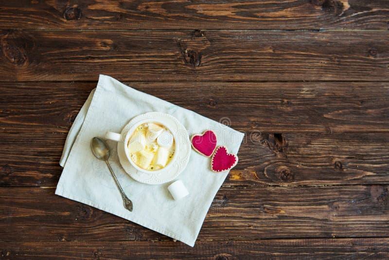 Chocolat chaud avec des guimauves et des biscuits sous forme de coeurs, l'espace de copie de vue supérieure de célébration de Sai images libres de droits