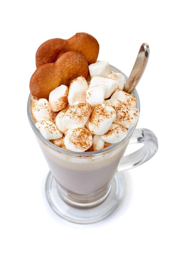 Chocolat chaud avec des guimauves et des biscuits de gingembre dans la tasse en verre sur le blanc photographie stock