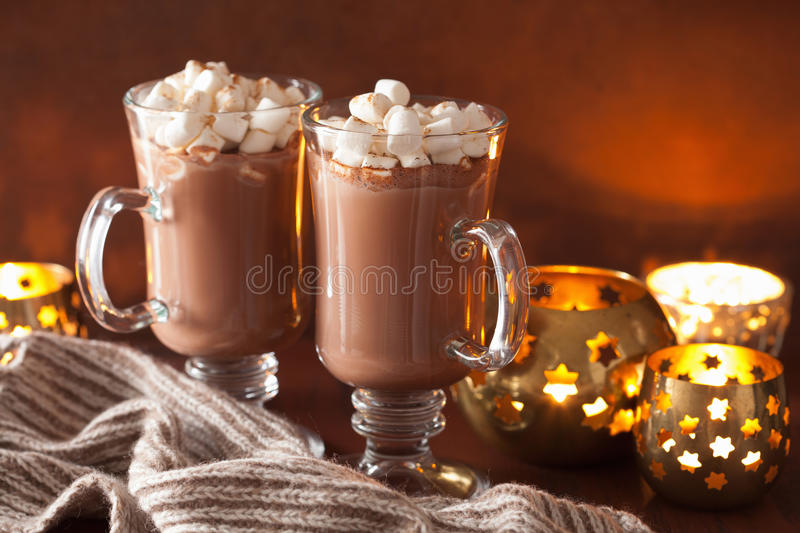 chocolat chaud avec la mini boisson d 39 hiver de cannelle de guimauves image stock image du. Black Bedroom Furniture Sets. Home Design Ideas