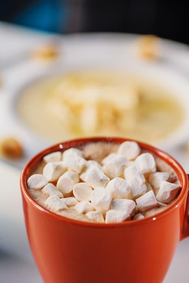 Chocolat chaud avec la prise de guimauves photographie stock libre de droits