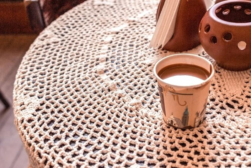 Chocolat chaud avec les b?tons de cannelle, l'anis, les ?crous et la poudre de cacao sur le fond en bois rustique, vue sup?rieure image libre de droits