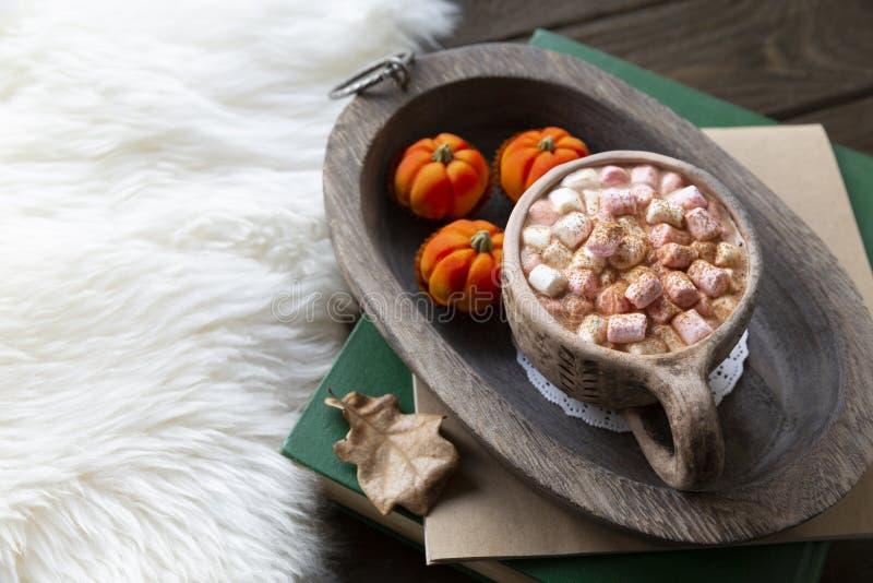 Chocolat chaud avec marshmallow, cannelle et citrouilles à base de marzipan photo libre de droits