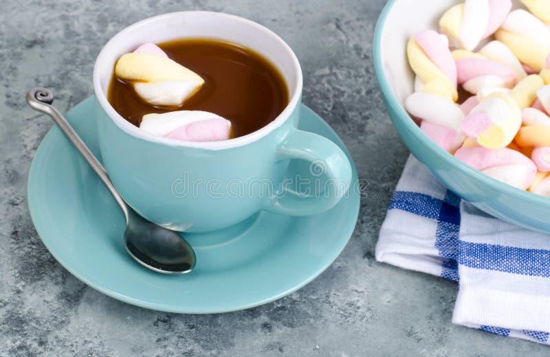 Chocolat chaud dans la tasse bleue avec des guimauves image libre de droits