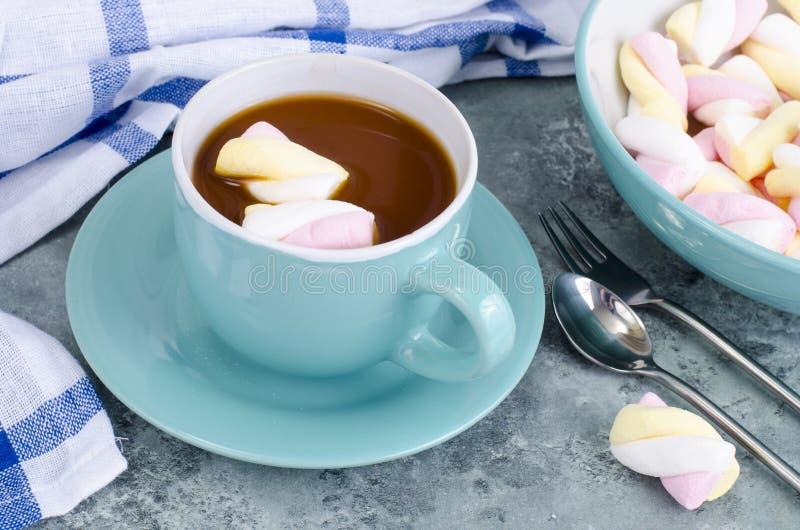 Chocolat chaud dans la tasse bleue avec des guimauves photos libres de droits