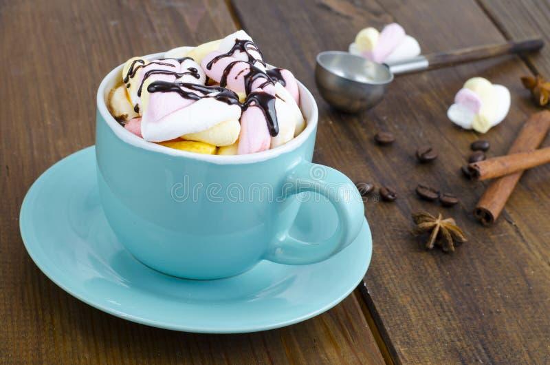 Chocolat chaud dans la tasse bleue avec des guimauves photo stock