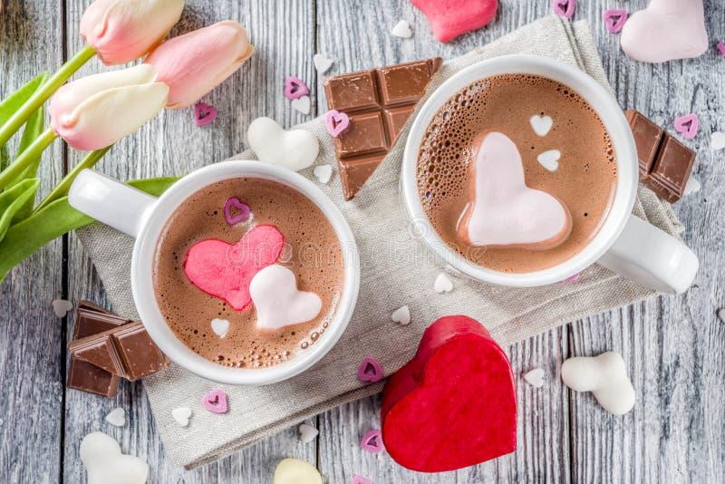 Chocolat chaud de jour de valentines avec des coeurs de guimauve photos stock