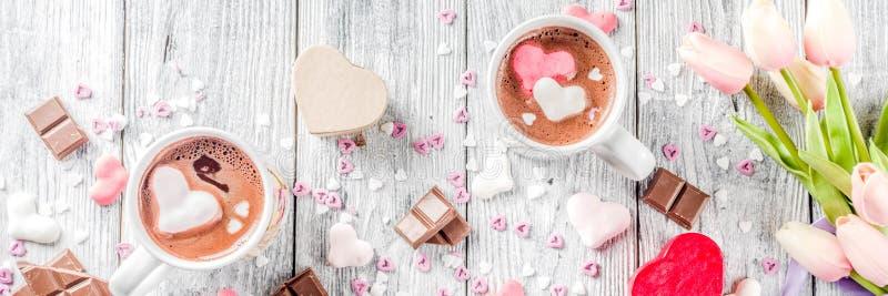 Chocolat chaud de jour de valentines avec des coeurs de guimauve images libres de droits