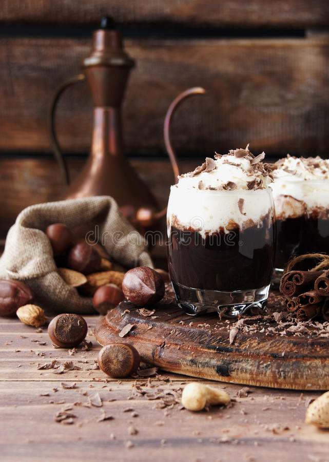 Chocolat chaud en tasses et crème en verre avec des écrous photo libre de droits