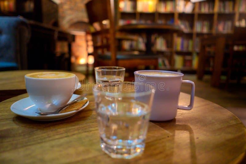 Chocolat chaud et tasses de caf? photo stock