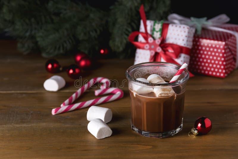 Chocolat chaud savoureux fait maison en verre avec la sucrerie de fête Cane Horizontal Copy Space de fond de Noël de guimauve photos libres de droits