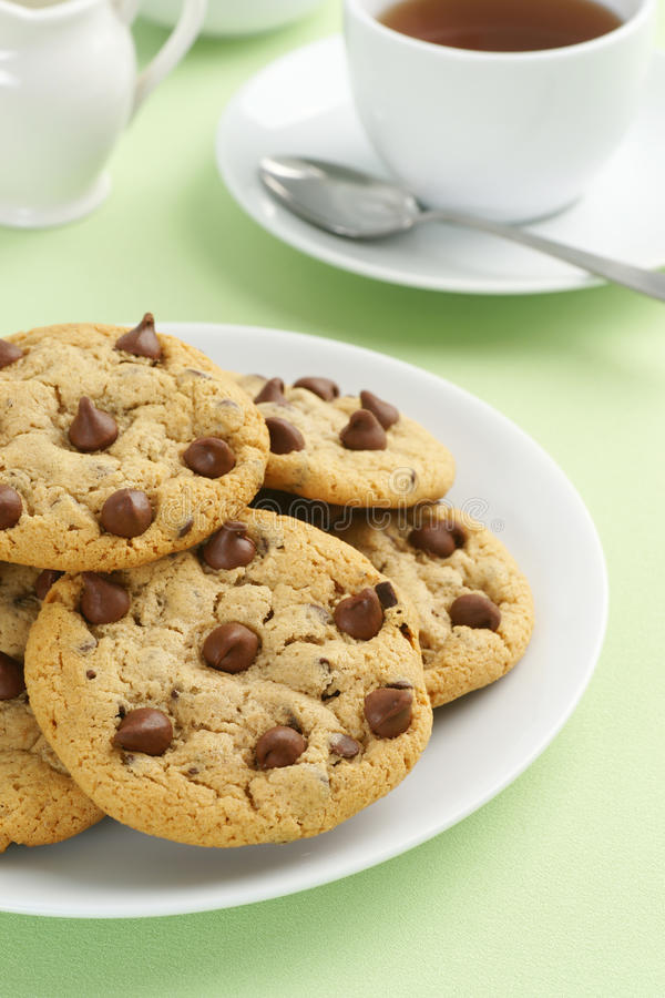 Chocolat Chip Cookies avec le thé ou le café images stock