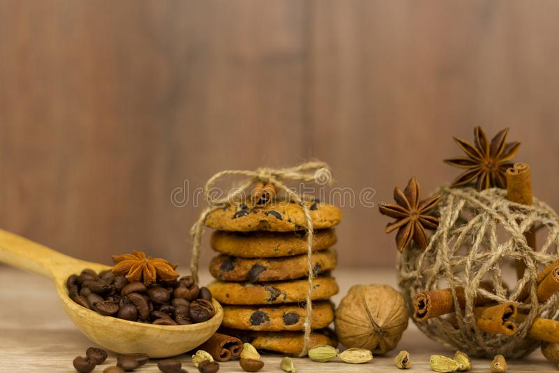 Chocolat Chip Cookies Bâtons de cannelle, cardamome et anis d'étoile photo stock