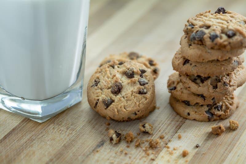 Chocolat Chip Cookies et lait photographie stock libre de droits