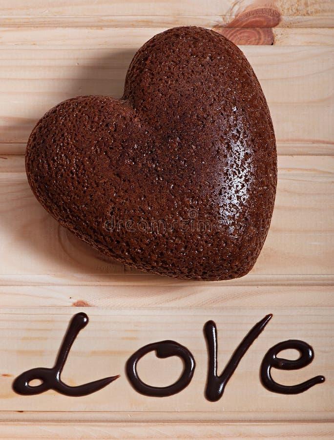 Chocolat cuit au four sous forme de coeur Jour du `s de Valentine images libres de droits