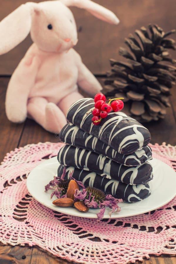 Chocolat de biscuits de Noël avec des fissures A décoré une décoration de fête arrivée gâteaux Foyer sélectif photos libres de droits