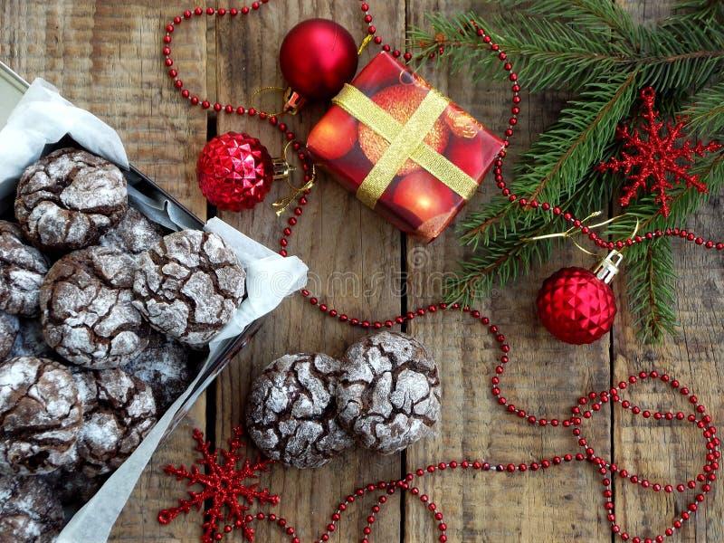 Chocolat de biscuits de Noël de boîte avec des fissures Décoré de la décoration de fête Gâteaux d'avènement Nouvelle année et car photo libre de droits