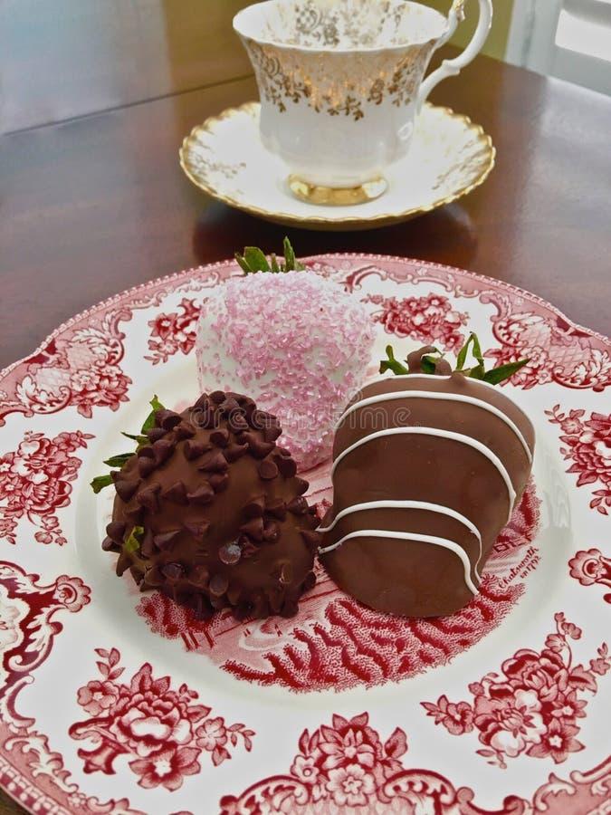 Chocolat de fraises décoré images stock