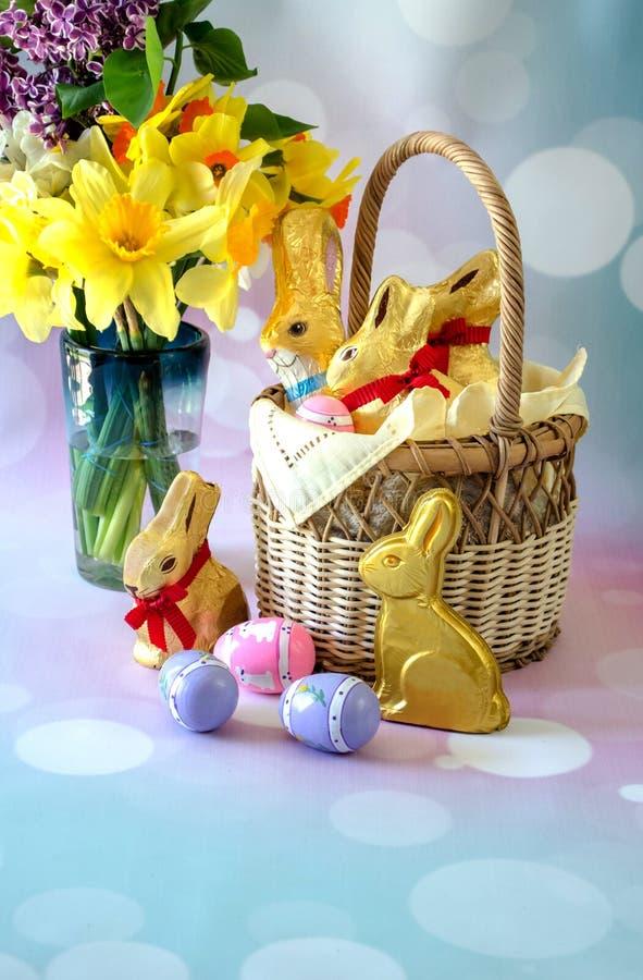 Chocolat de Pâques, lapins enveloppés déjoués pour Pâques image libre de droits