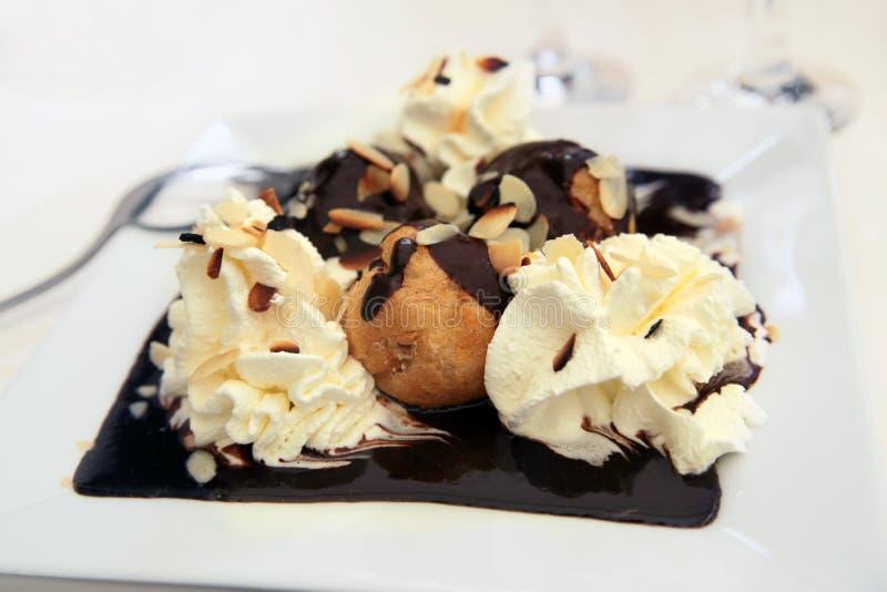 Chocolat dell'Au di Profiteroles fotografie stock