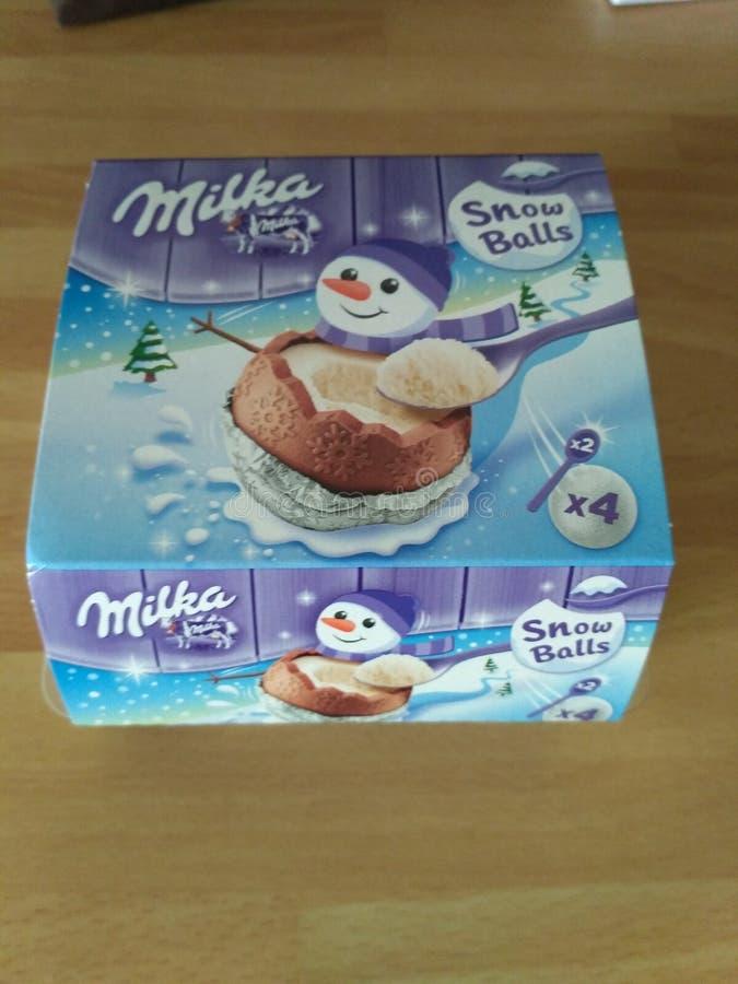 Chocolat delle palle della neve di Milka riempito di crema immagini stock libere da diritti