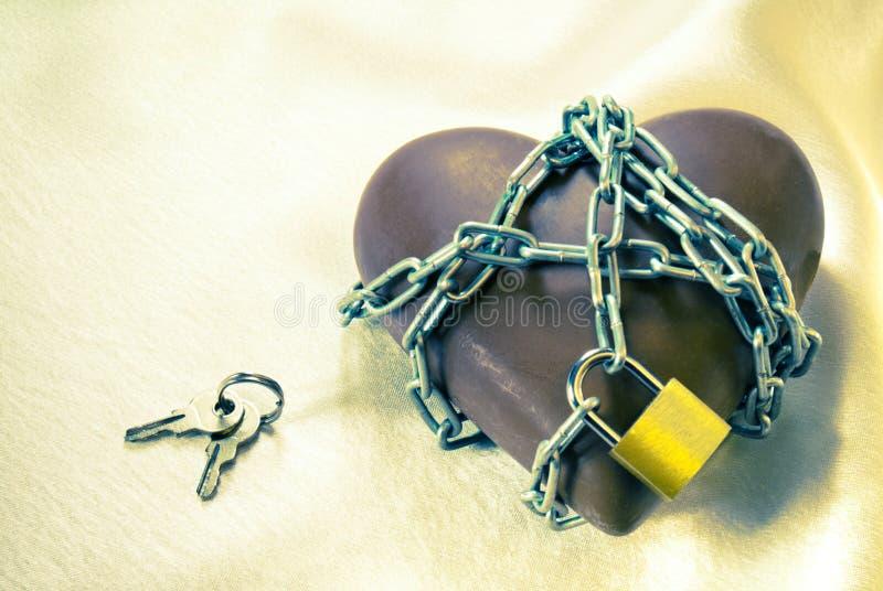 Chocolat en forme de coeur attaché avec des réseaux image libre de droits