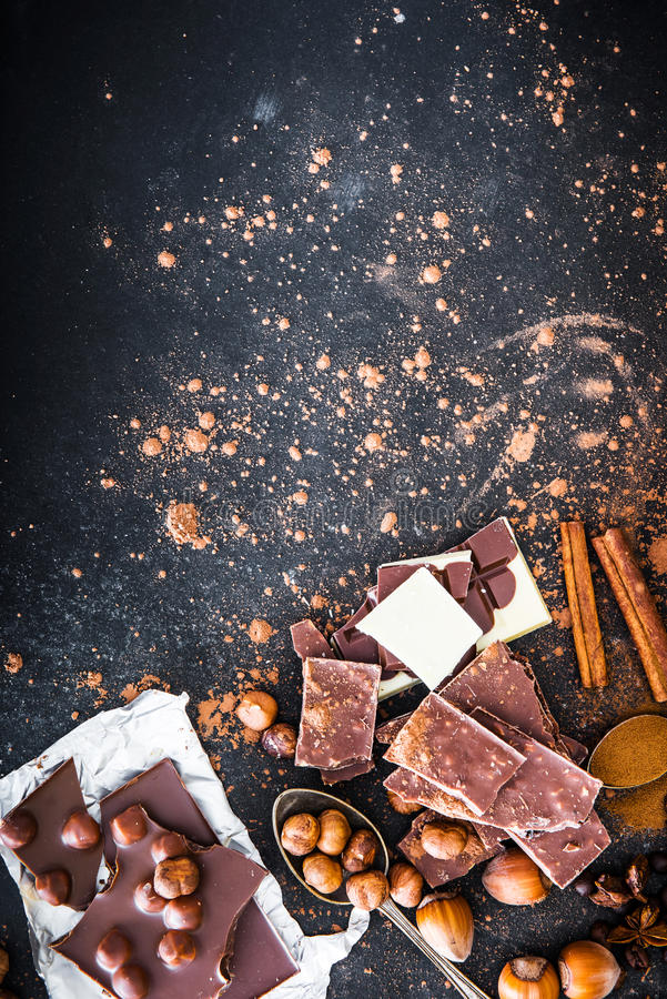 Chocolat en kruiden op zwarte lijst stock foto's