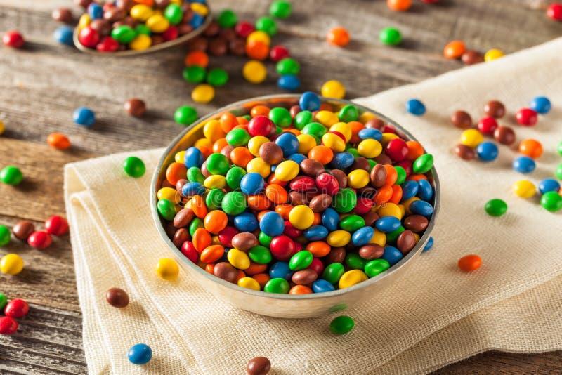 Chocolat enduit de sucrerie colorée d'arc-en-ciel photo stock