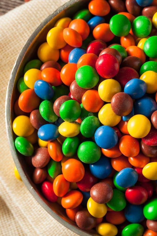 Chocolat enduit de sucrerie colorée d'arc-en-ciel images libres de droits