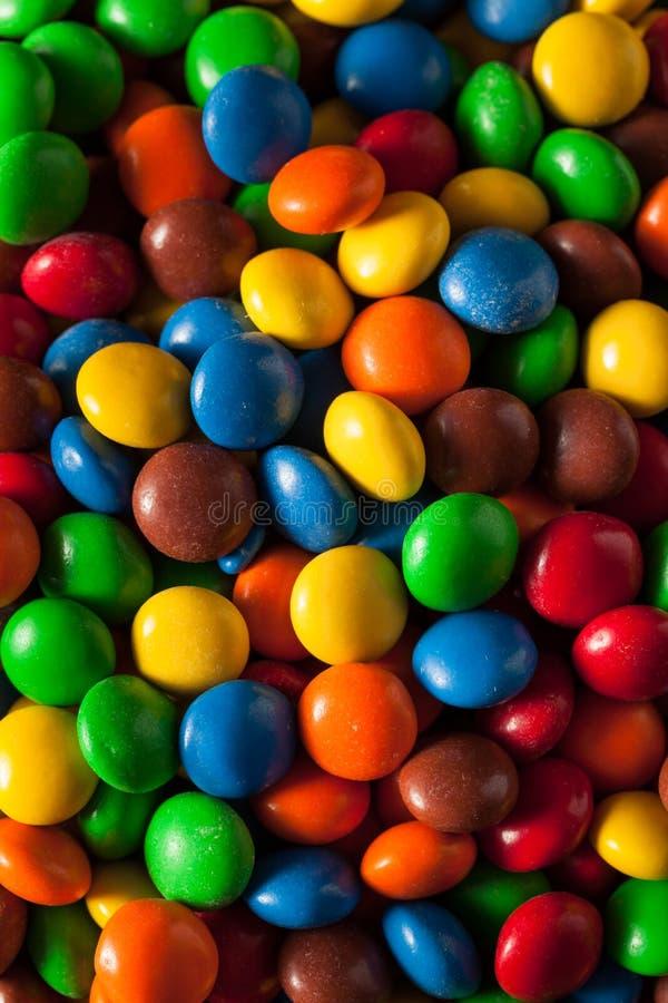 Chocolat enduit de sucrerie colorée d'arc-en-ciel images stock