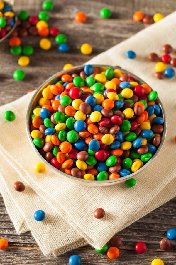 Chocolat enduit de sucrerie colorée d'arc-en-ciel image libre de droits