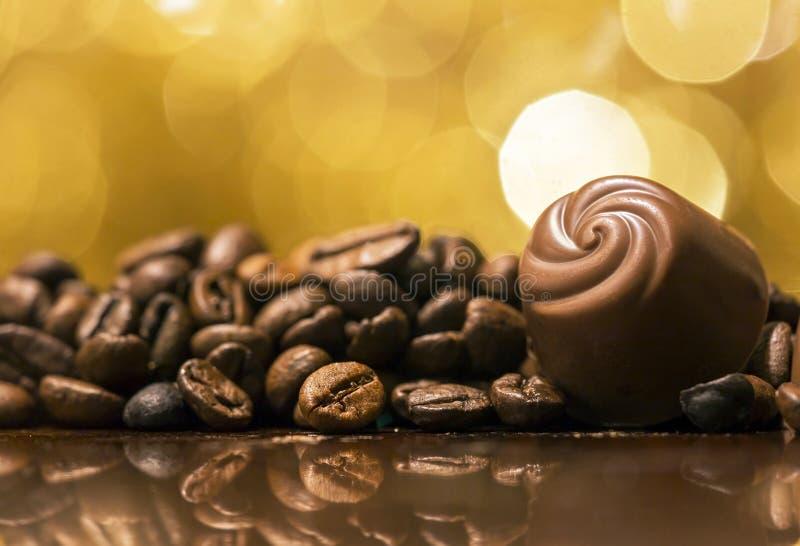 Chocolat et grains de café photos libres de droits