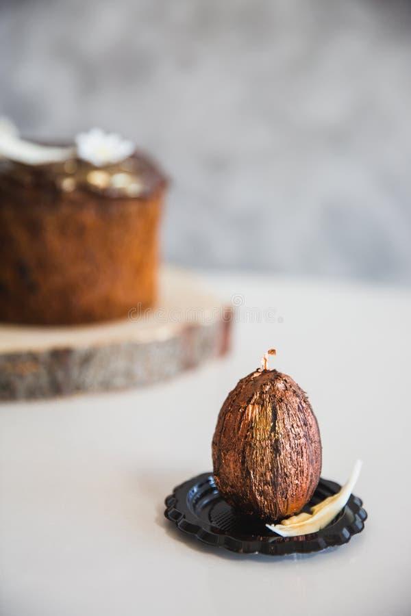 Chocolat fait main avec l'oeuf de p?ques d'or avec le g?teau de P?ques sur le fond images libres de droits