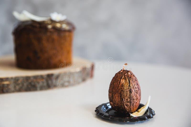 Chocolat fait main avec l'oeuf de p?ques d'or avec le g?teau de P?ques sur le fond photo stock