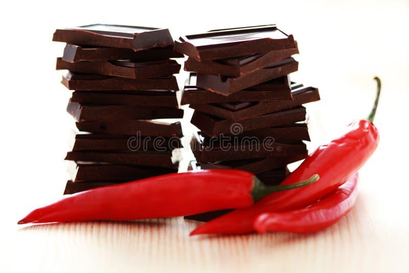 Chocolat foncé avec le poivre de s/poivron images libres de droits