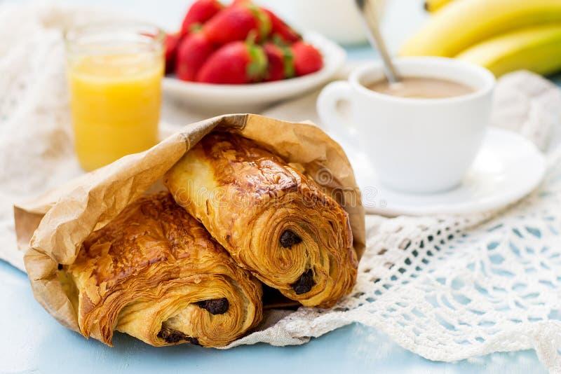 Chocolat francês do au da dor do viennoiserie para o café da manhã fotos de stock
