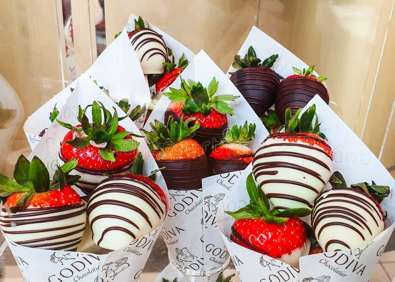Chocolat gastronome indulgent de Godiva sur l'affichage avec des fraises chez Meadowhall, South Yorkshire, R-U photographie stock libre de droits