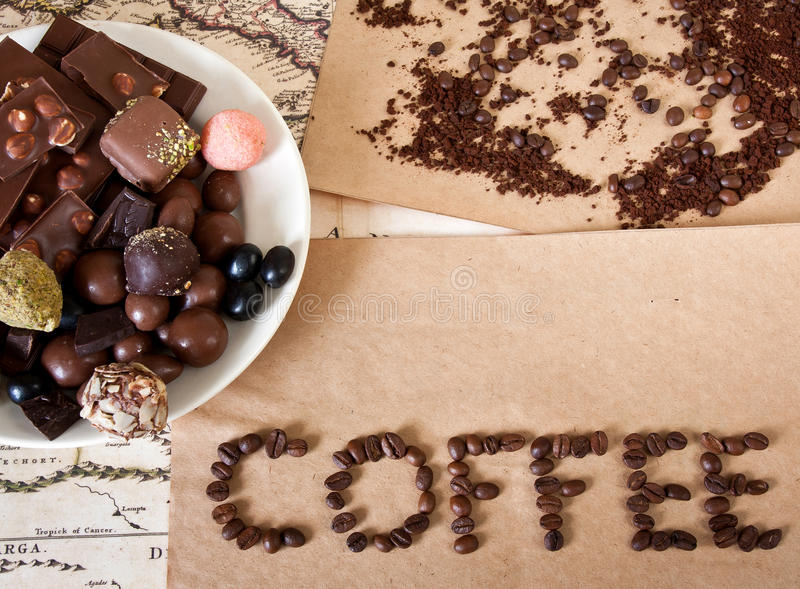 Chocolat, grains de café, sucrerie photos libres de droits