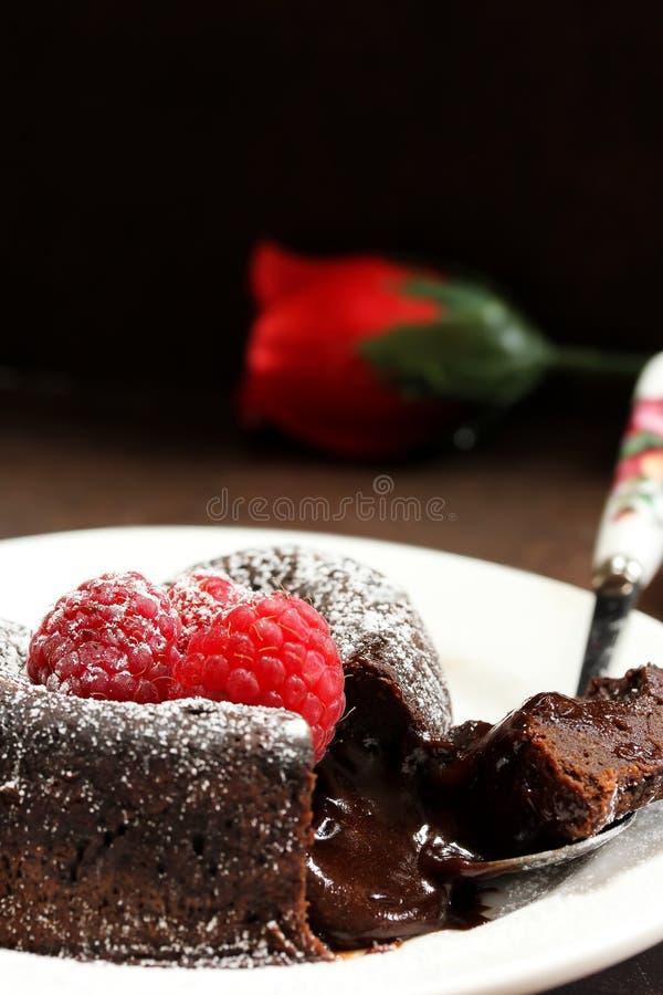Chocolat Lava Cake Heart formé avec la framboise photographie stock libre de droits