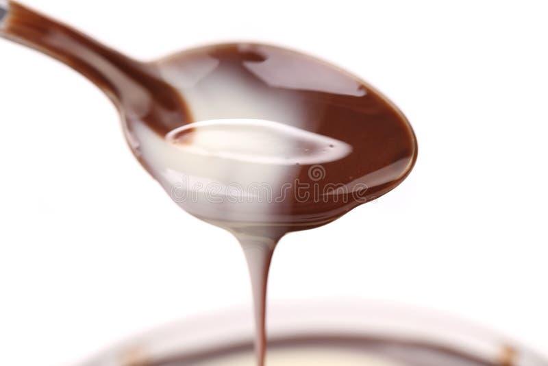 Chocolat liquide sur une cuillère. images stock
