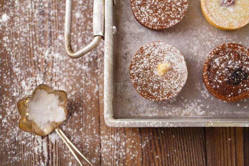 Chocolat Mini Tartlets dans la moule d'aluminium de vintage photographie stock