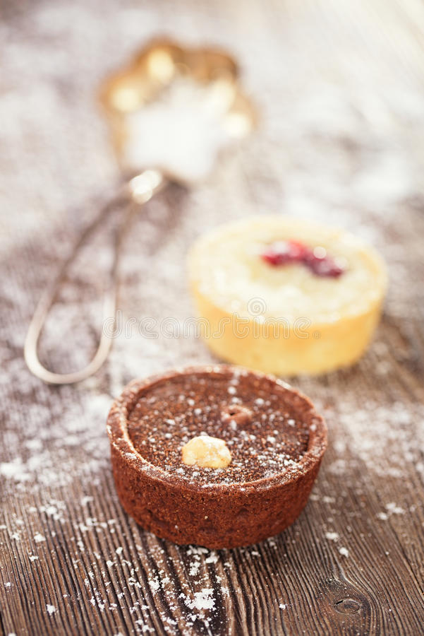 Chocolat Mini Tartlets sur la table en bois de vintage images libres de droits