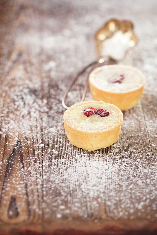 Chocolat Mini Tartlets sur la table en bois de vintage photos libres de droits