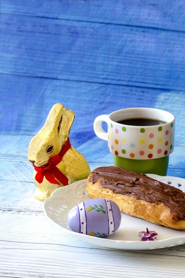 Chocolat sucré et café de matin de Pâques images stock
