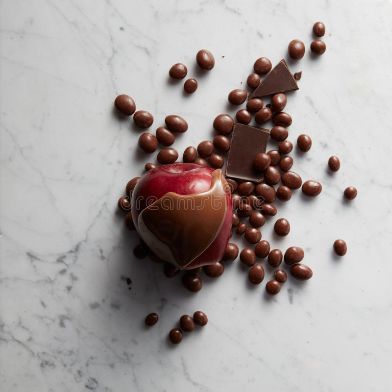 Chocolat sur le fruit rouge de pomme photos stock