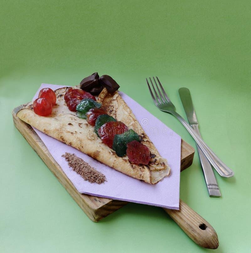 Chocolate, ameixa e crepes de cereja cristalizados imagem de stock